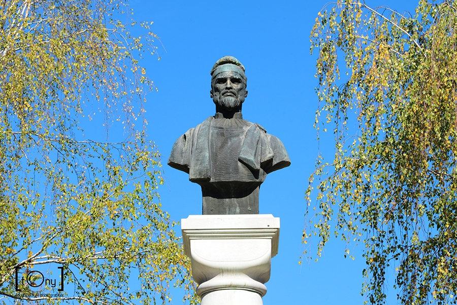 Decebal king statue